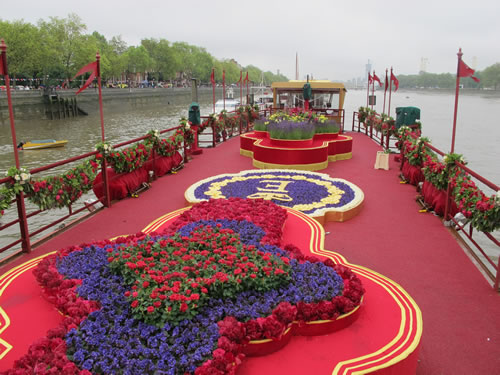 planted-lanterns-on-royal-barge